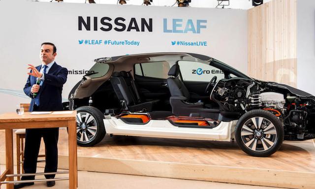 کارلوس گون در حال معرفی خودروی الکترونیکی نیسان